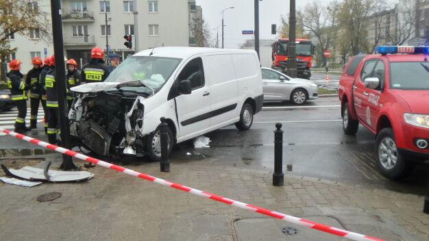 Wypadek na Żoliborzu. Zniszczone auta, jedna osoba ranna