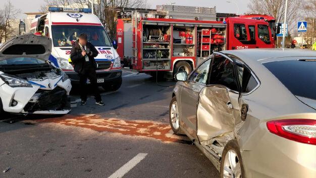 Nie miał prawa jazdy, rozbił auto z wypożyczalni. Nastolatki ranne