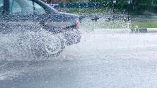 Na mokrych drogach lepiej nie przyspieszać