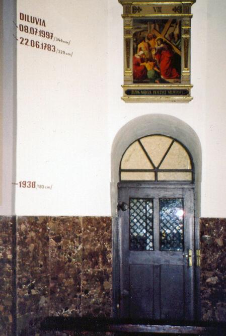 Ściana w kościele franciszkanów w Kłodzku, wskaźnik stanu wody podczas powodzi