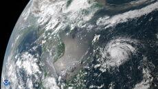 Zdjęcie satelitarne tajfunu Vongfong (PAP/EPA/NOAA HANDOUT)