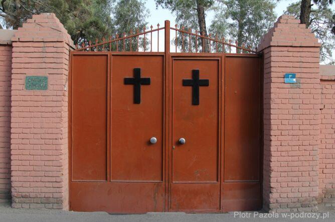 Brama katolickiego cmentarza w Dalub