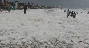Indyjska plaża spowita toksyczną pianą